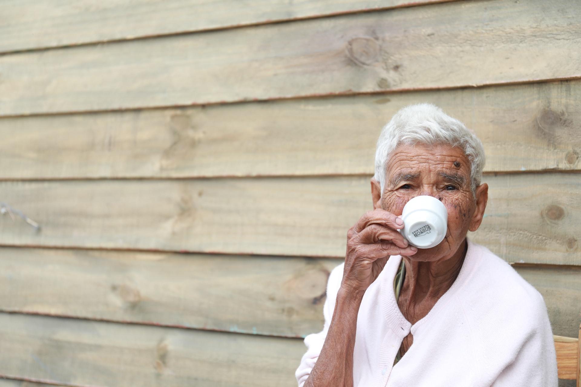 ¿Pueden las personas mayores tomar café?